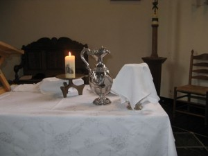 Vier keer per jaar viert de gemeente het Heilig Avondmaal. Een ieder die zich geroepen voelt is voor het avondmaal uitgenodigd. Ook kinderen zijn welkom. (Foto: Eric van Boxel)